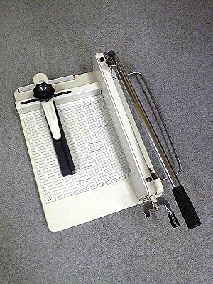 紙や書籍向けの裁断機